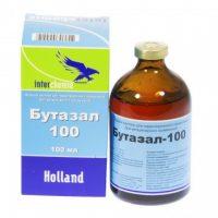 Бутазал-100 (Interchemie) Водный раствор для парентерального применения. Описание Бутафосфан является органическим фосфором, оказывающим позитивное воздействие на процесс ассимиляции в организме. Витамин B12 активизирует метаболизм протеинов, углеродов и жиров. Состав Содержится в 1 мл: Бутафосфан 100 мг. Витамин B12, цианокобаламин 50 µg. Растворитель. 1 мл Показания Расстройства роста и метаболизма из-за болезней в период роста. Профилактика и вспомогательное лечение бесплодия и пуэрперальных проблем. В качестве вспомогательного лечения при терапии кальцием и магнием. При стрессе и истощении. Противопоказания Отсутствуют. Побочные действия Отсутствуют при соблюдении предписанных дозировок. Дозировка Для внутривенного, внутримышечного и подкожного применения: Лошади и крупный рогатый скот : 5 - 25 мл Телята и жеребята : 5 - 12 мл Козы и овцы : 2.5 - 5 мл Ягнята и козлята : 1.5 - 2.5 мл Свиньи : 2.5 - 10 мл Поросята : 1 - 2.5 мл Собаки и кошки : 0.5 - 5 мл Домашняя птица : 1 мл Время выведения препарата Отсутствует. Предупреждение Держать в недоступном для детей месте. Упаковка Ампула 100 мл.